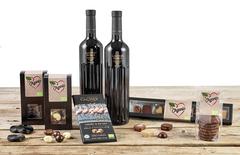 Øko Delikatesser med to dejlige flasker rødvin, lækker chokolade og slik