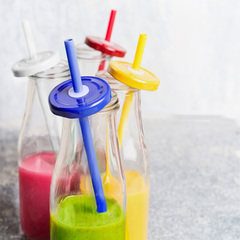 Glasflaske med sugerør og metalskruelåg