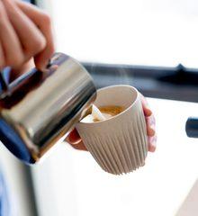 236ml Huskee kaffekrus med låg, produceret af kaffeskaller